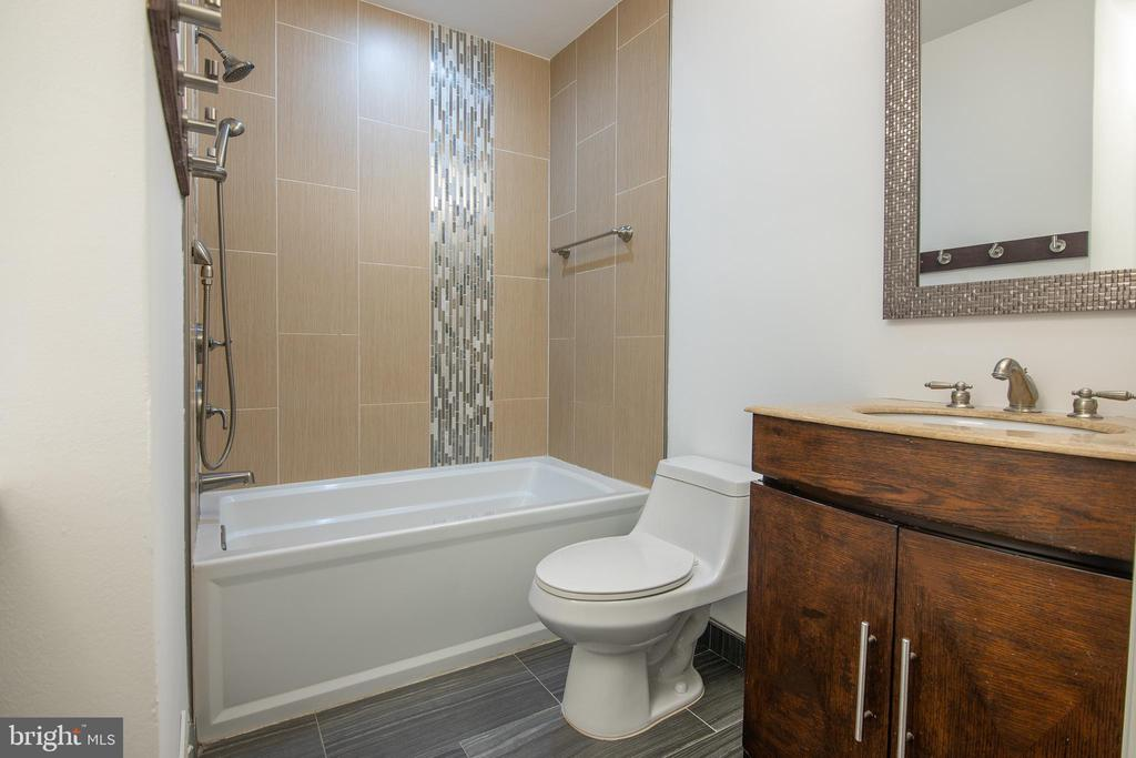 Upper level full bath - 11580 WOODHOLLOW CT, RESTON
