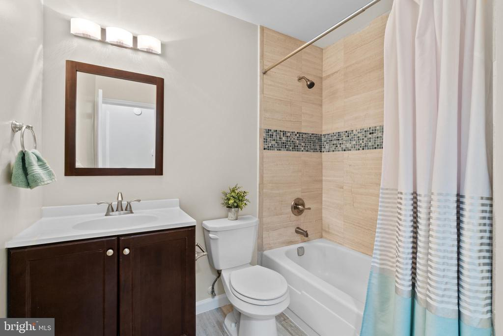 Renovated and spacious upper level hall bath - 207 ORCHARD CIR, HAMILTON