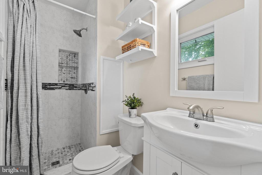 Upgraded primary bath with beautiful tile work! - 207 ORCHARD CIR, HAMILTON
