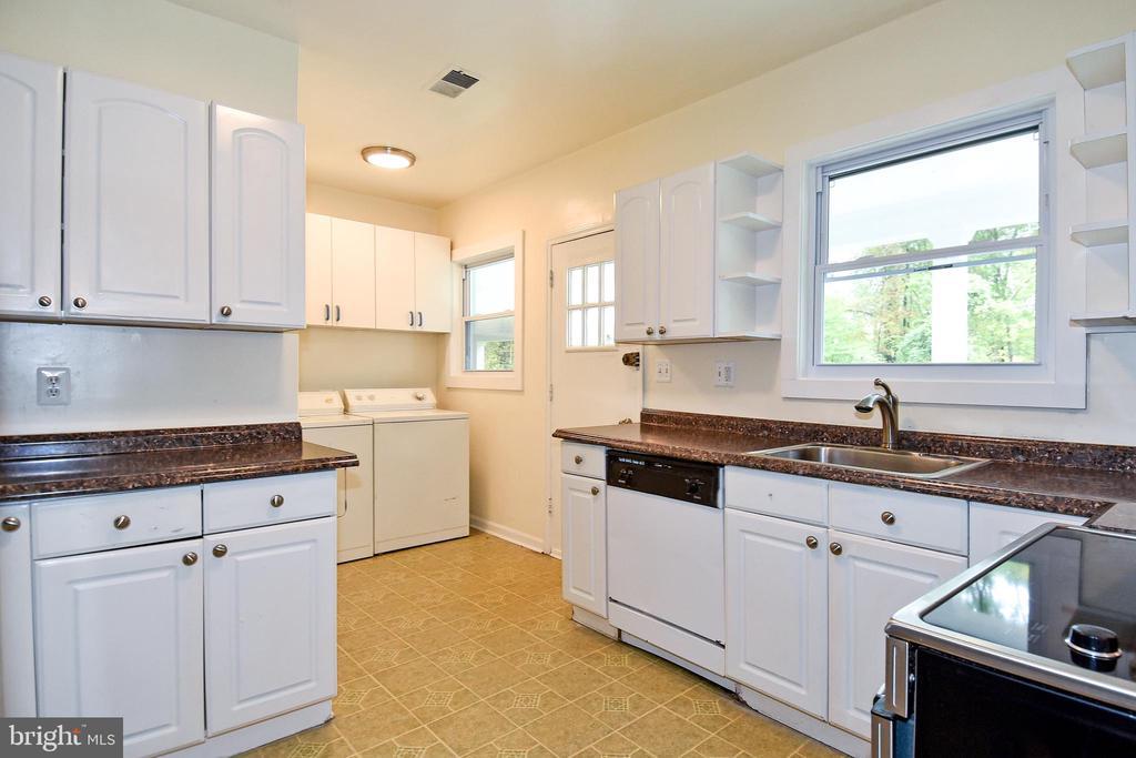 Spacious Kitchen - 8700 ARLINGTON BLVD, FAIRFAX
