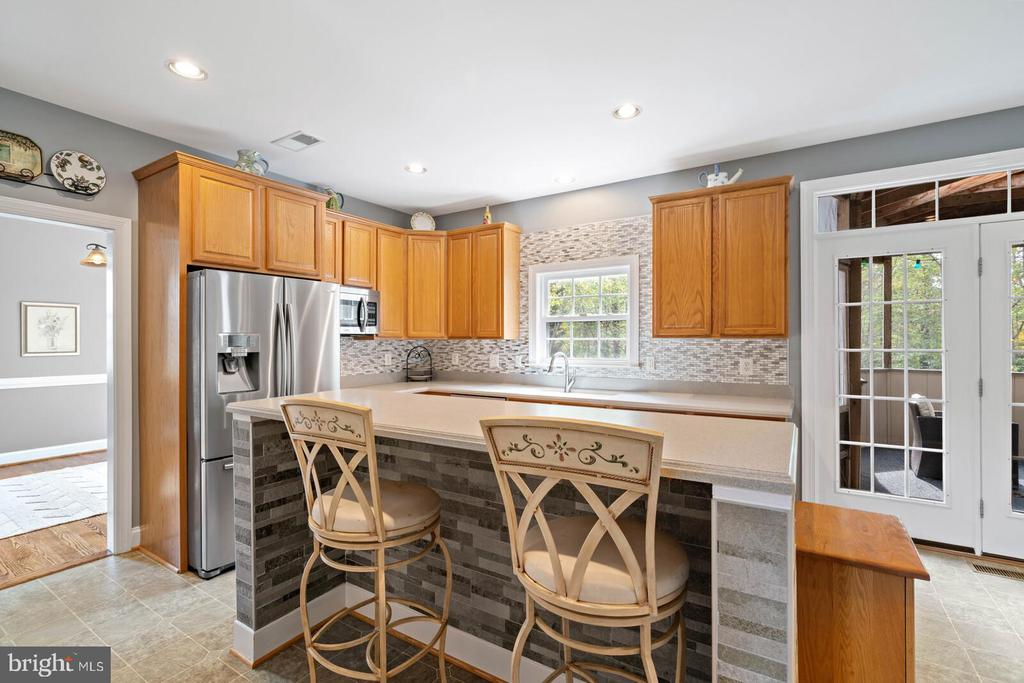 Custom Built in Breakfast Bar with Custom Tile - 7893 MEADOWGATE DR, MANASSAS