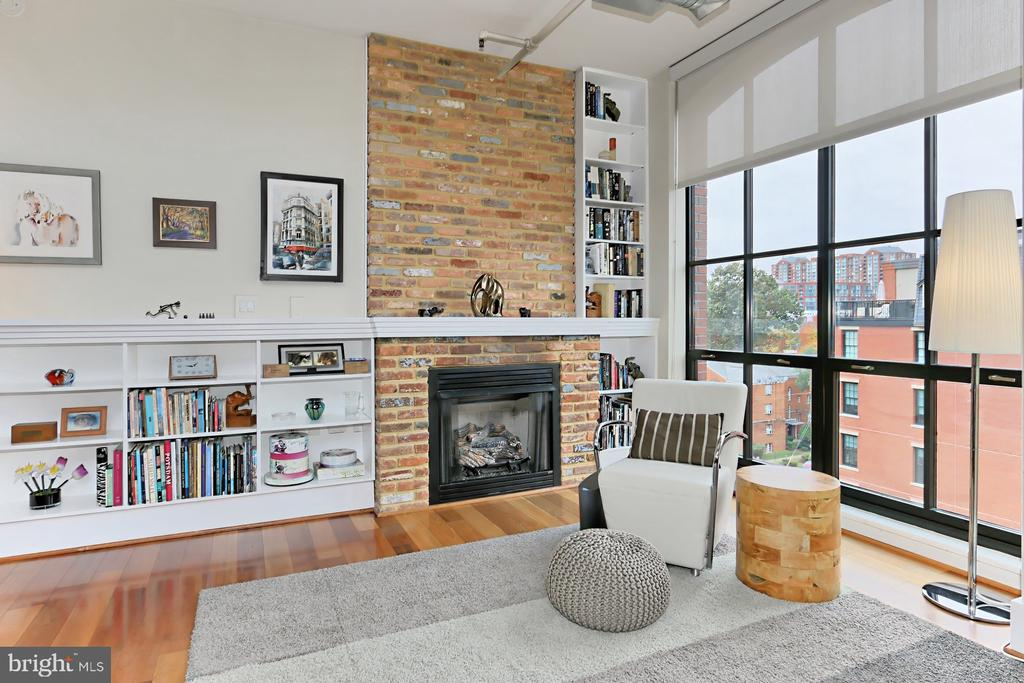 Great Room with Gas Fireplace - 1615 N QUEEN ST #M601, ARLINGTON