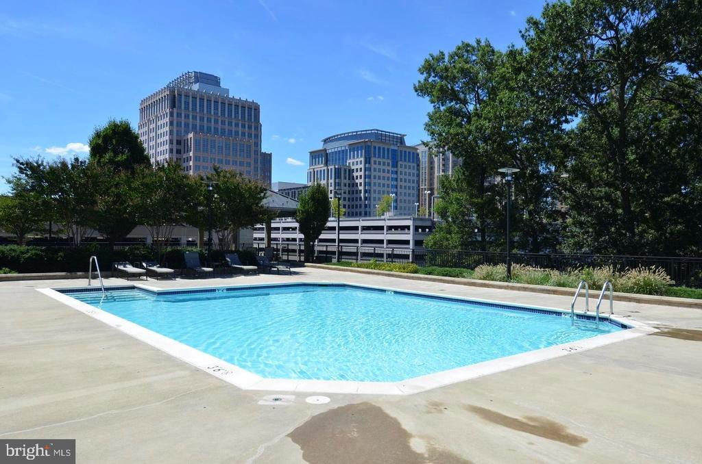 HEATED OUTDOOR POOL - 1830 FOUNTAIN DR #308, RESTON