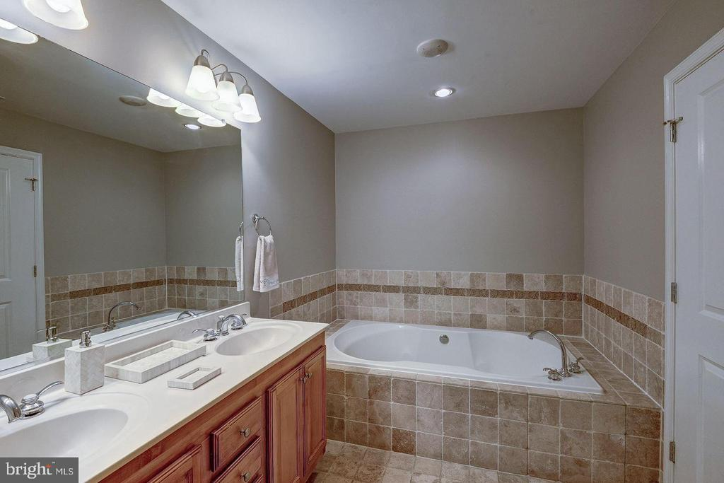 MASTER BATH TUB - 1830 FOUNTAIN DR #308, RESTON