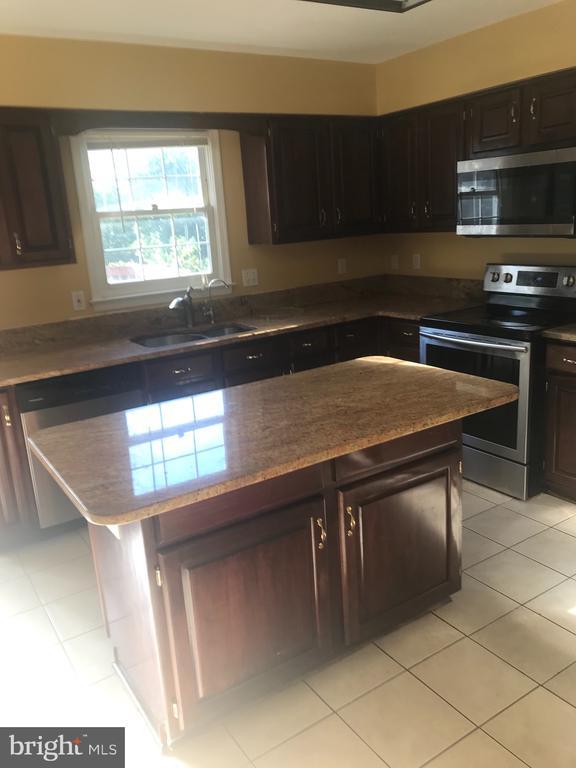 Kitchen with Granite counters & center isle - 1118 SUGAR MAPLE LN, HERNDON