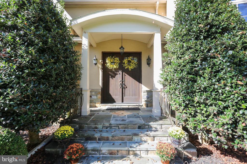 Grand Foyer Entryway with Stone Steps - 4808 WHISKEY CT, IJAMSVILLE