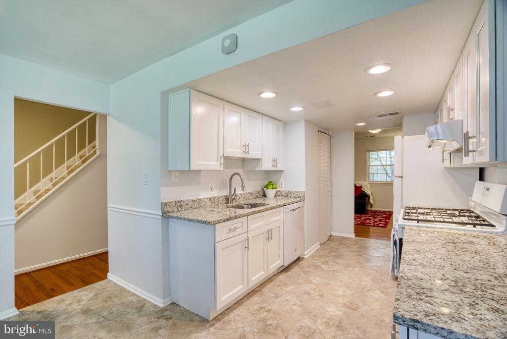 Updated kitchen with granite & updated lighting - 6348 DRACO ST, BURKE