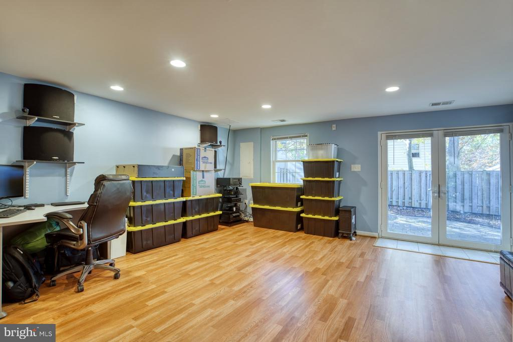 This huge rec. rm walks out to the rear patio - 6348 DRACO ST, BURKE