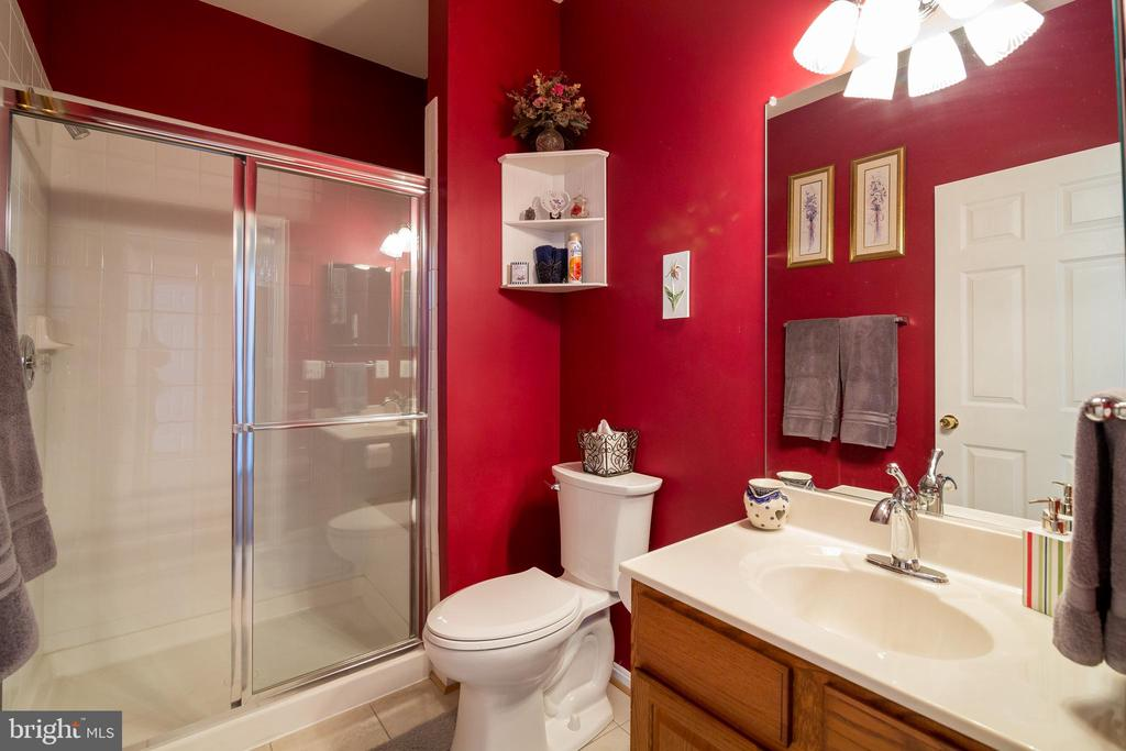 Main Level Bathroom - 15304 EGGLESTETTON CT, MANASSAS