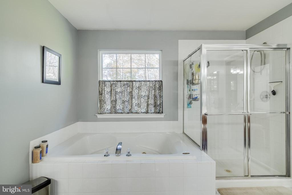Master Bathroom with large soaking tub & Shower - 15304 EGGLESTETTON CT, MANASSAS