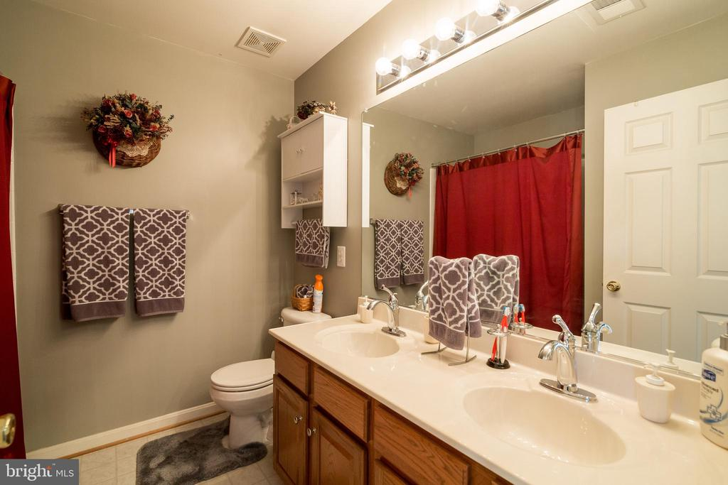 Upper Level Bathroom - 15304 EGGLESTETTON CT, MANASSAS