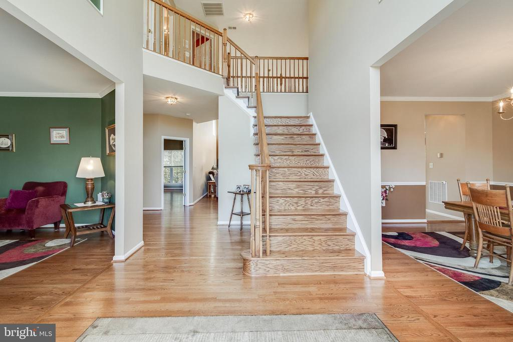 Foyer with 18 foot ceilings - 15304 EGGLESTETTON CT, MANASSAS
