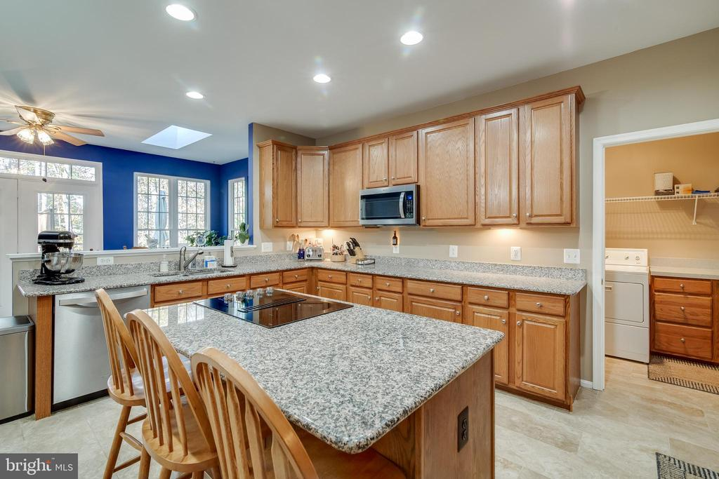 Kitchen with granite counters - 15304 EGGLESTETTON CT, MANASSAS