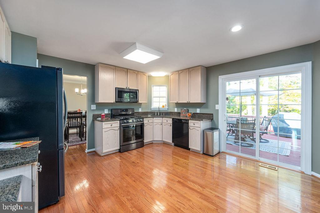 Kitchen with plenty of room for dining table - 67 CARDINAL FOREST DR, FREDERICKSBURG