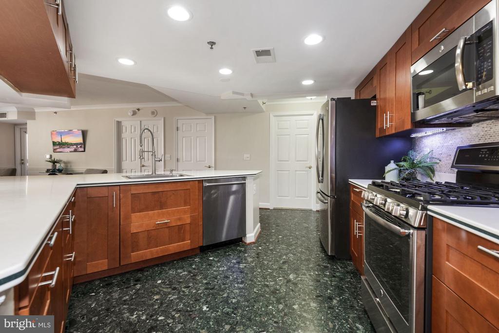Spacious open kitchen with good storage - 1276 N WAYNE ST #807, ARLINGTON