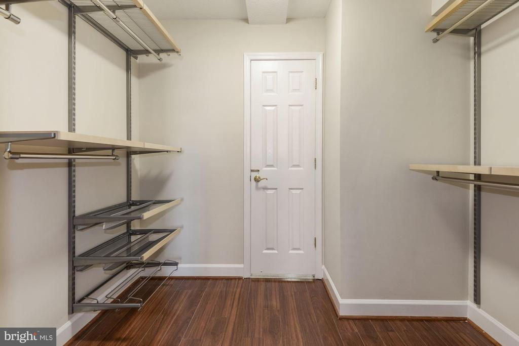 Large walk-in 2nd BR closet with new Elfa shelves - 1276 N WAYNE ST #807, ARLINGTON