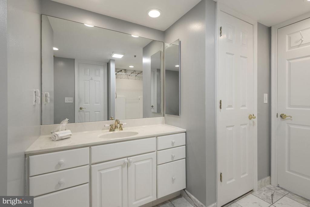 Second Bath with marble floor - 1276 N WAYNE ST #807, ARLINGTON