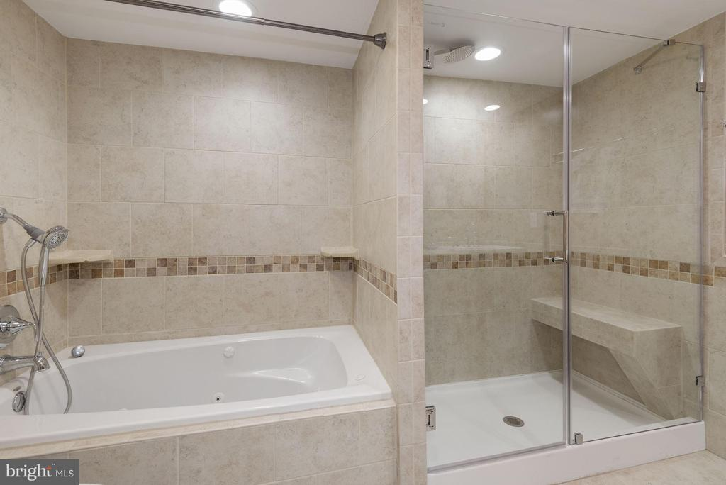 Main Bath with soaking tub and walk-in shower - 1276 N WAYNE ST #807, ARLINGTON