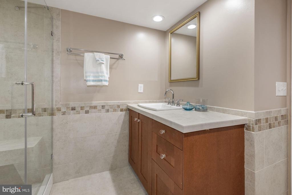 Renovated Main Bath - 1276 N WAYNE ST #807, ARLINGTON
