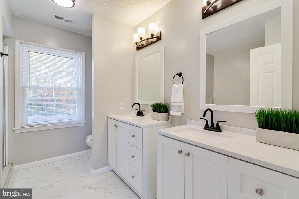 Master Bath with double sinks - 89 CLEREMONT DR, FREDERICKSBURG