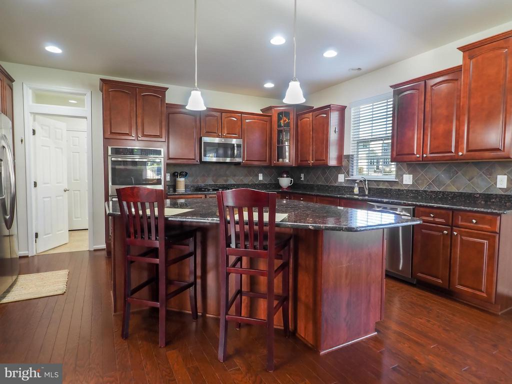 A dream kitchen for family gatherings - 14973 SPRIGGS TREE LN, WOODBRIDGE