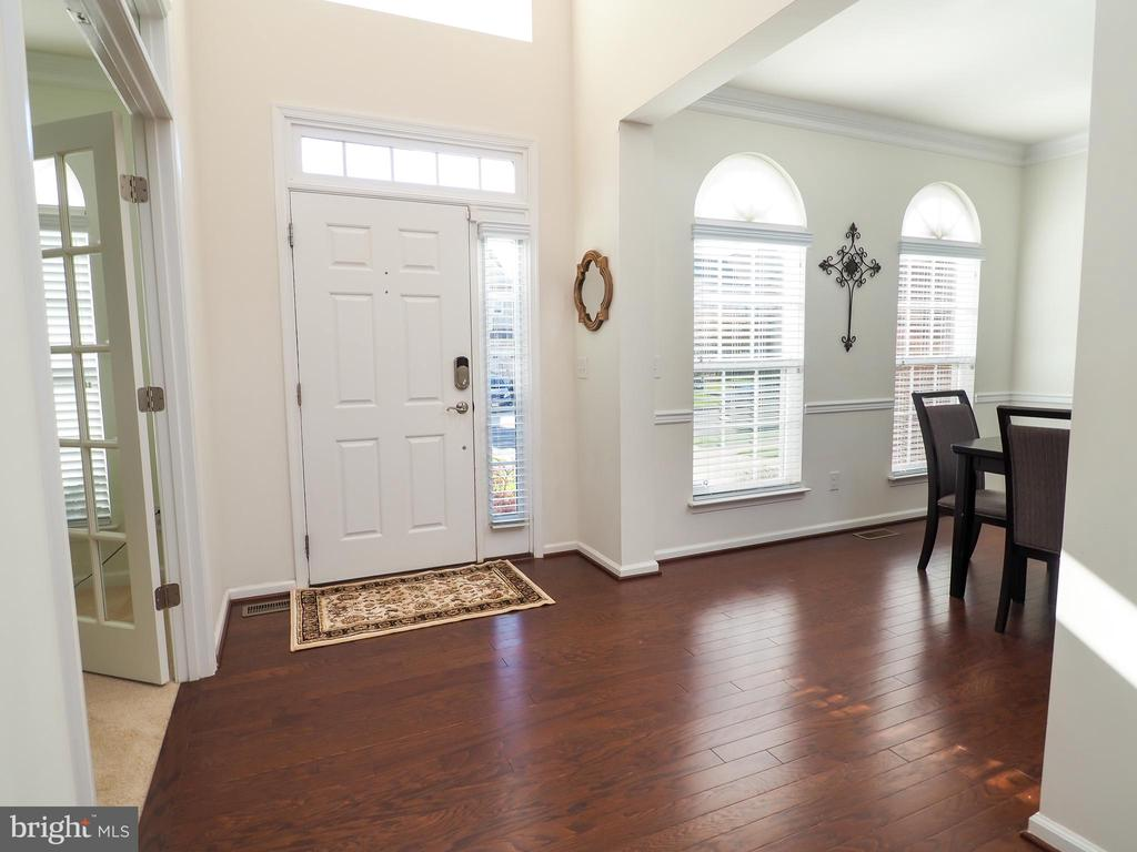 Entry way flooded with natural light - 14973 SPRIGGS TREE LN, WOODBRIDGE