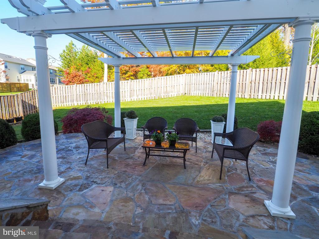 A backyard for family gathering - 14973 SPRIGGS TREE LN, WOODBRIDGE