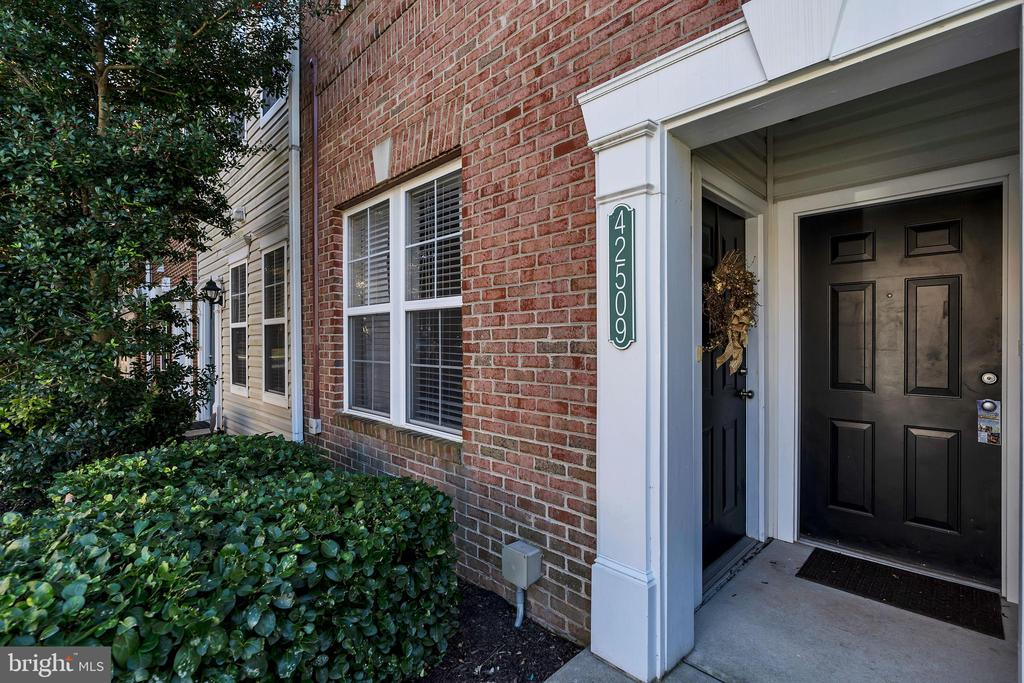 One level, no steps - easy for owner  &  pets - 42509 HOLLYHOCK TER, BRAMBLETON