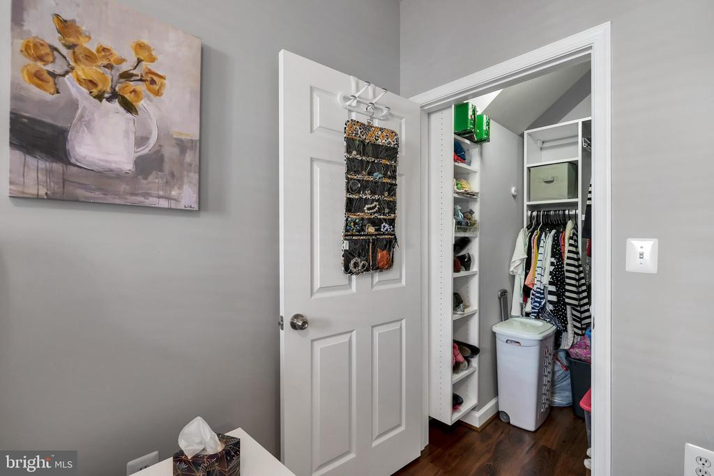 Walk in closet with custom built in organizer - 42509 HOLLYHOCK TER, BRAMBLETON