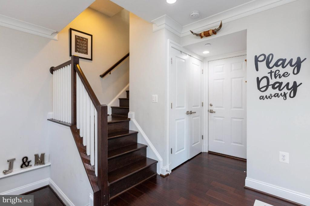 Direct access from garage to the family room - 821 N WAKEFIELD ST, ARLINGTON