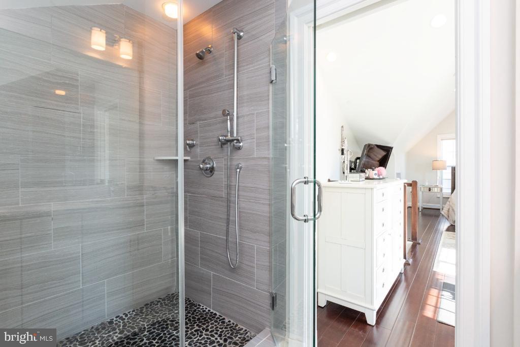 Master bath - 821 N WAKEFIELD ST, ARLINGTON