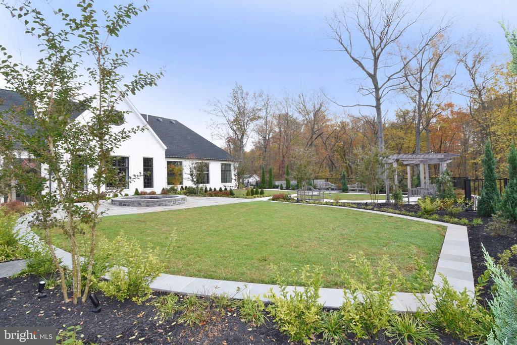 Lawn & Herb Gardens - 6101 FAIRVIEW FARM DR #109, ALEXANDRIA