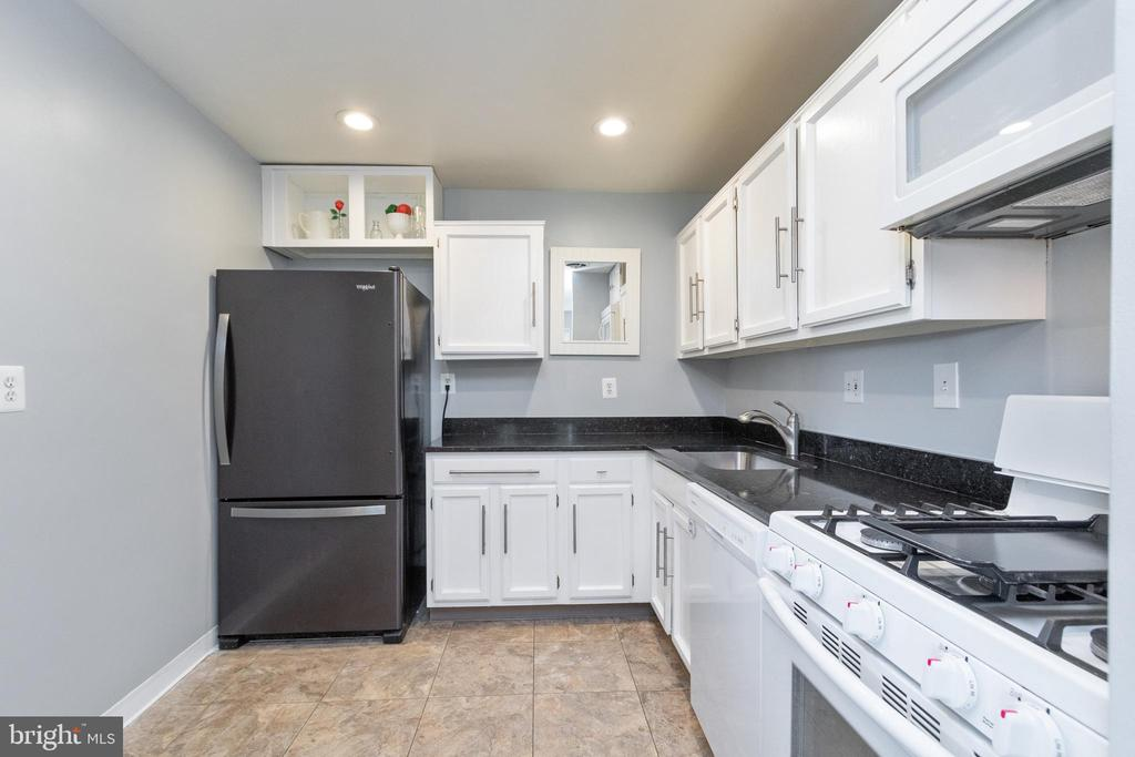 Beautiful kitchen with newer appliances - 200 N MAPLE AVE #607, FALLS CHURCH