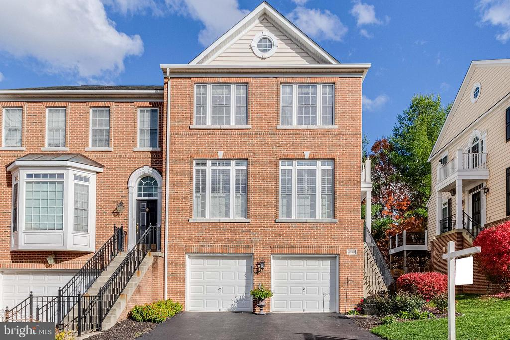 End  Unit  with sid entrance backing to trees! - 4023 QUIET CREEK DR, FAIRFAX
