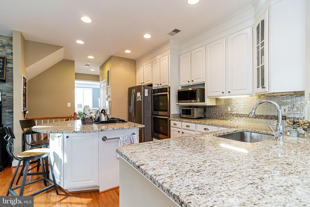 Kitchen w/center island - 4023 QUIET CREEK DR, FAIRFAX