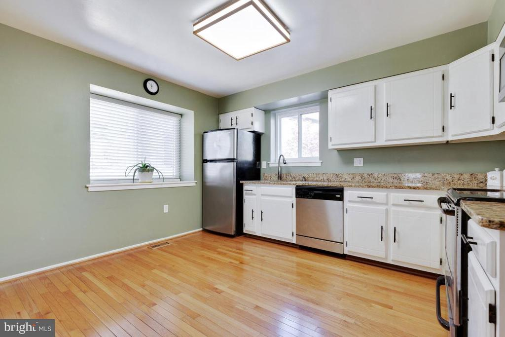 Large kitchen with eat-in space - 2828 JERMANTOWN RD #51, OAKTON