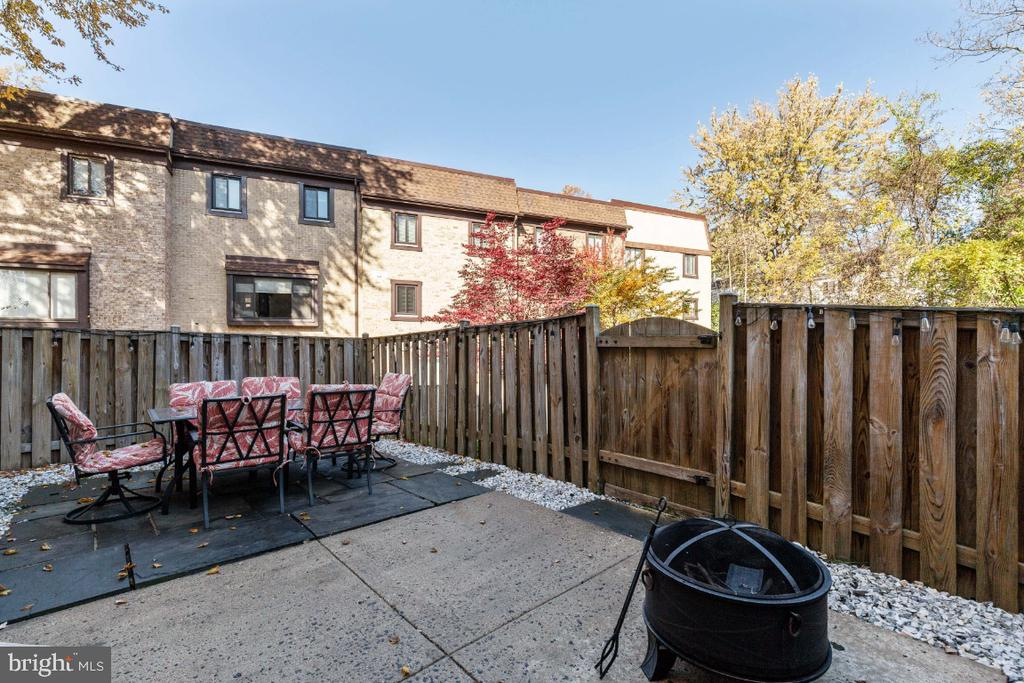 Fully fenced yard with patio and deck space - 2828 JERMANTOWN RD #51, OAKTON