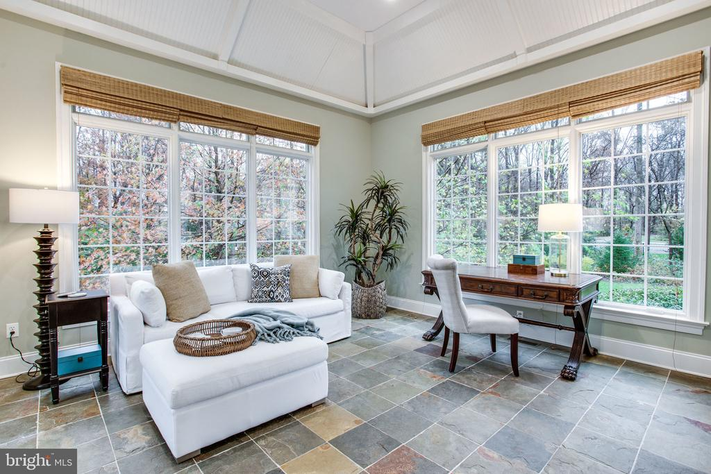 Sunroom w/ soaring architectural ceiling - 10464 SPRINGVALE MEADOW LN, GREAT FALLS