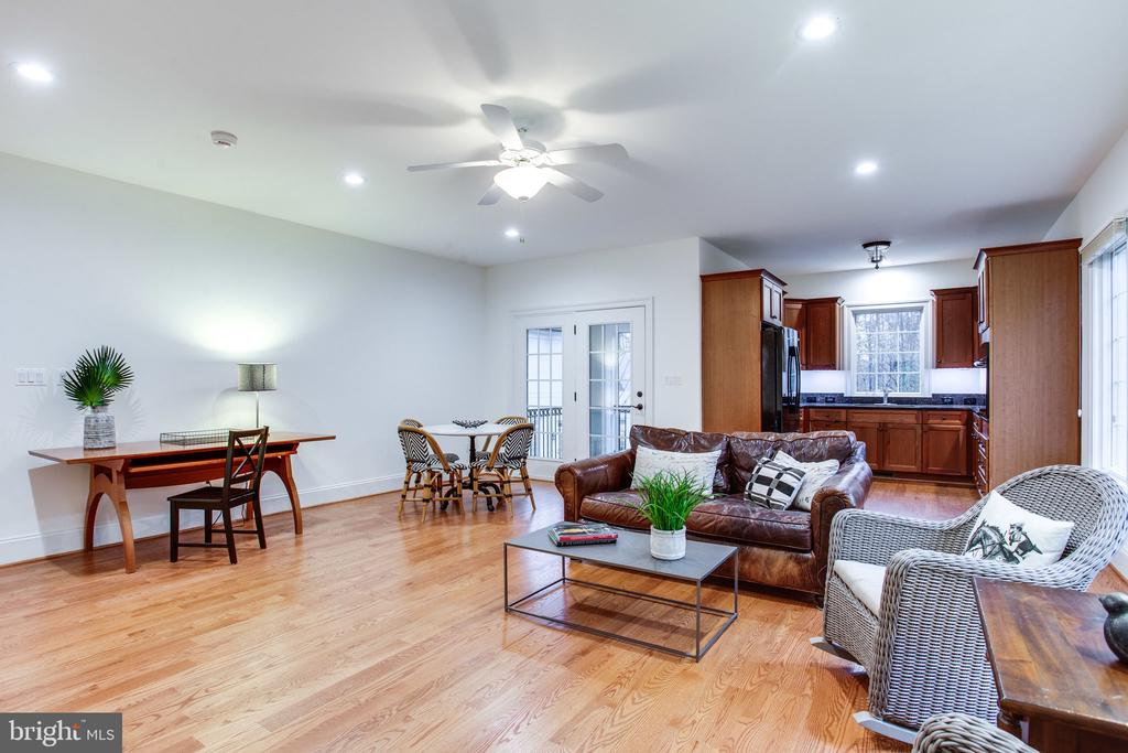 Gleaming hardwoods throughout the Guest House - 10464 SPRINGVALE MEADOW LN, GREAT FALLS