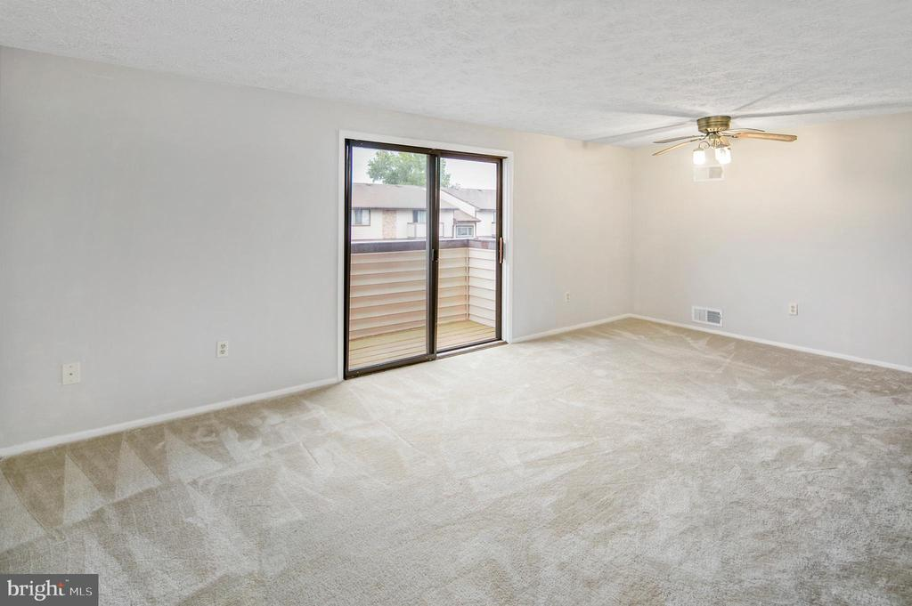 Living Space opens out to patio! - 820 HEATHER RIDGE DR #21J, FREDERICK