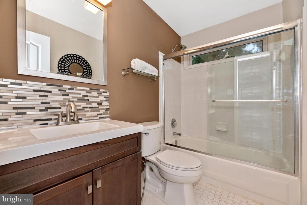Upper level full hall bath. - 6287 IVERSON TER S, FREDERICK