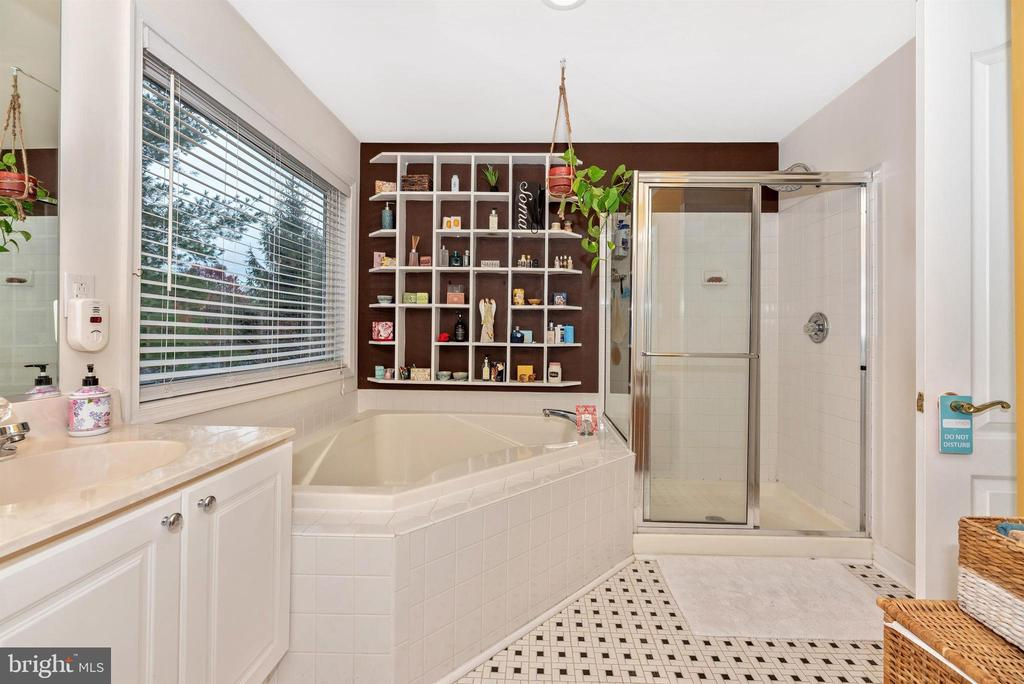 Master bath - dual sinks and large soaking tub. - 6287 IVERSON TER S, FREDERICK