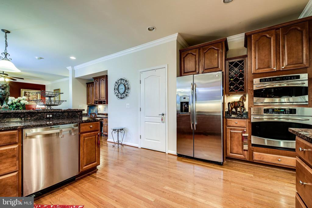 Kitchen includes pantry and wine storage - 5408 BANTRY CT, WOODBRIDGE