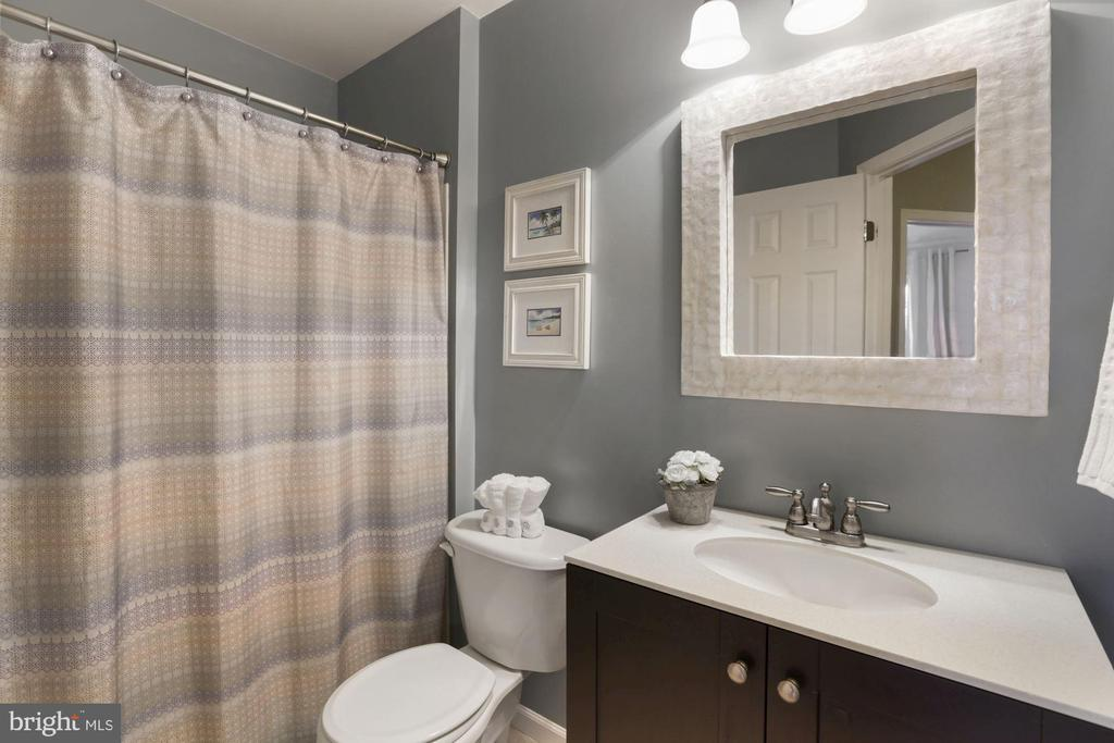 Updated 2nd bath upper level - 43669 SCARLET SQ, CHANTILLY
