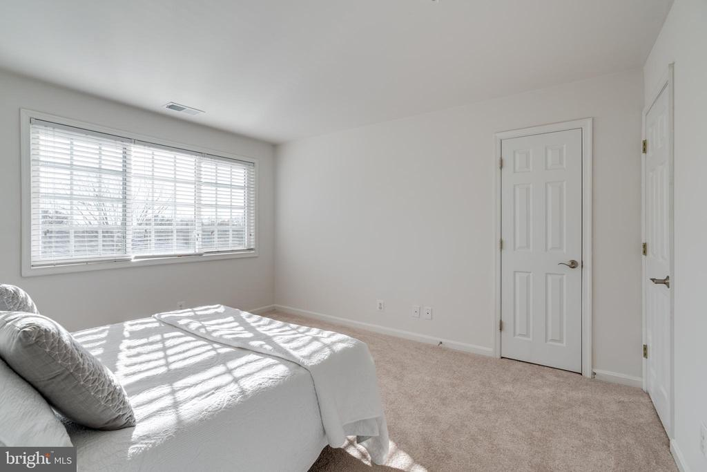 Fits a king bed with furniture comfortably - 1403 N VAN DORN #C, ALEXANDRIA