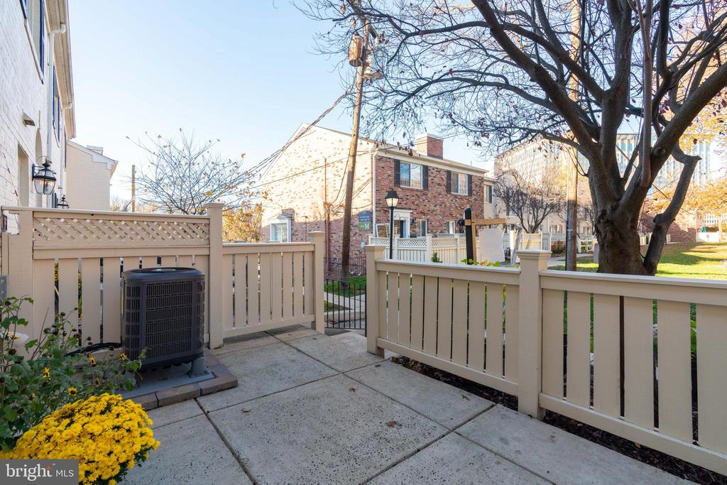 Gas grills and fire pits permitted - 1403 N VAN DORN #C, ALEXANDRIA