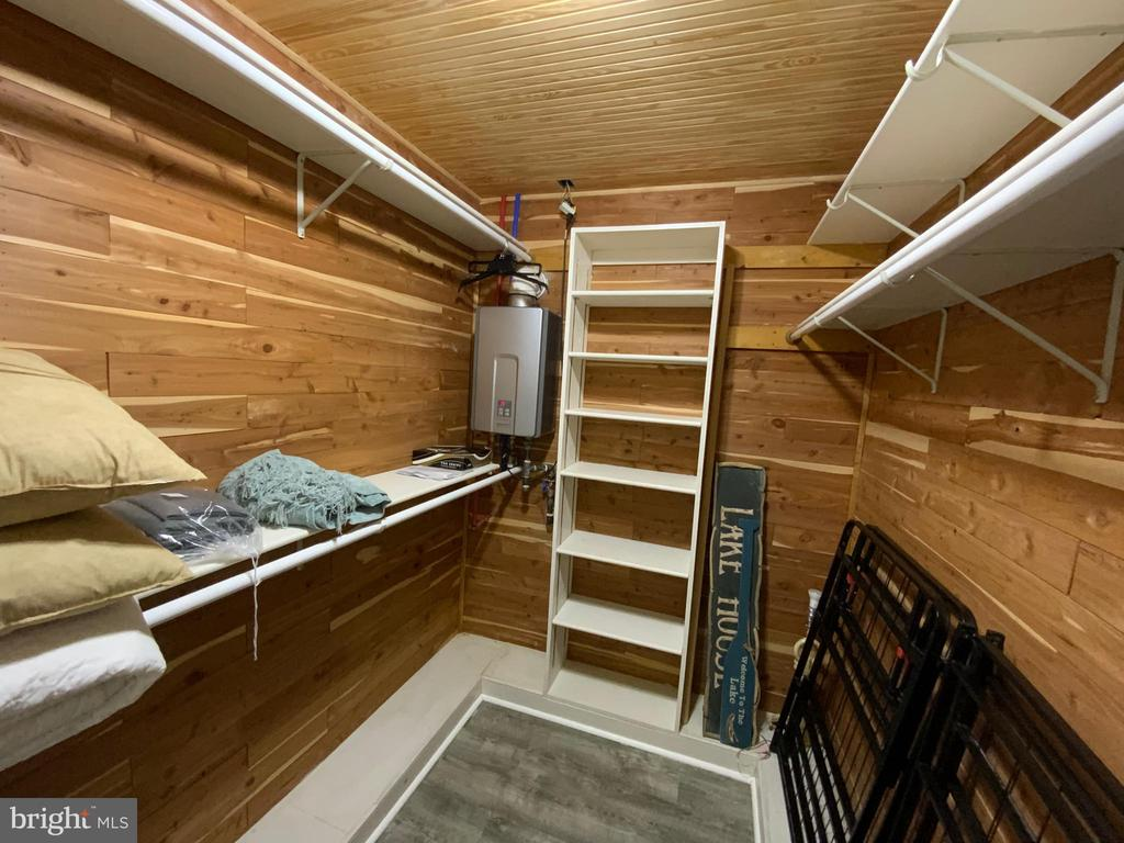 Cedar Closet - 6406 CARTER LN, MINERAL