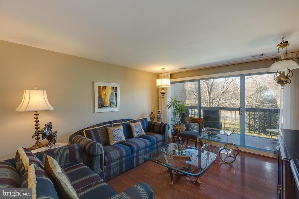 *Open concept living leading to gorgeous patio - 3031 BORGE ST #212, OAKTON