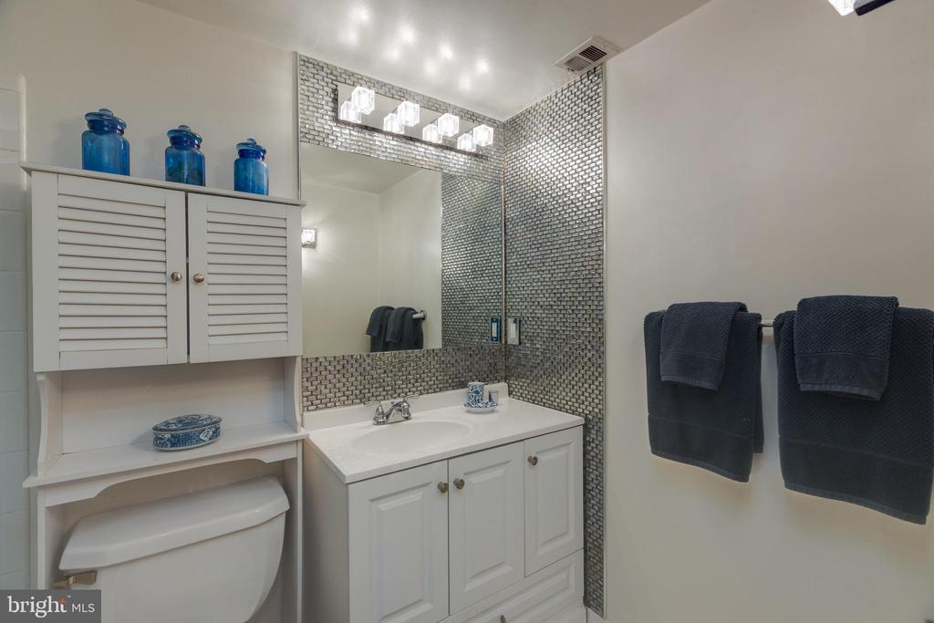 *Gorgeous lighting & mosaic tile - 3031 BORGE ST #212, OAKTON