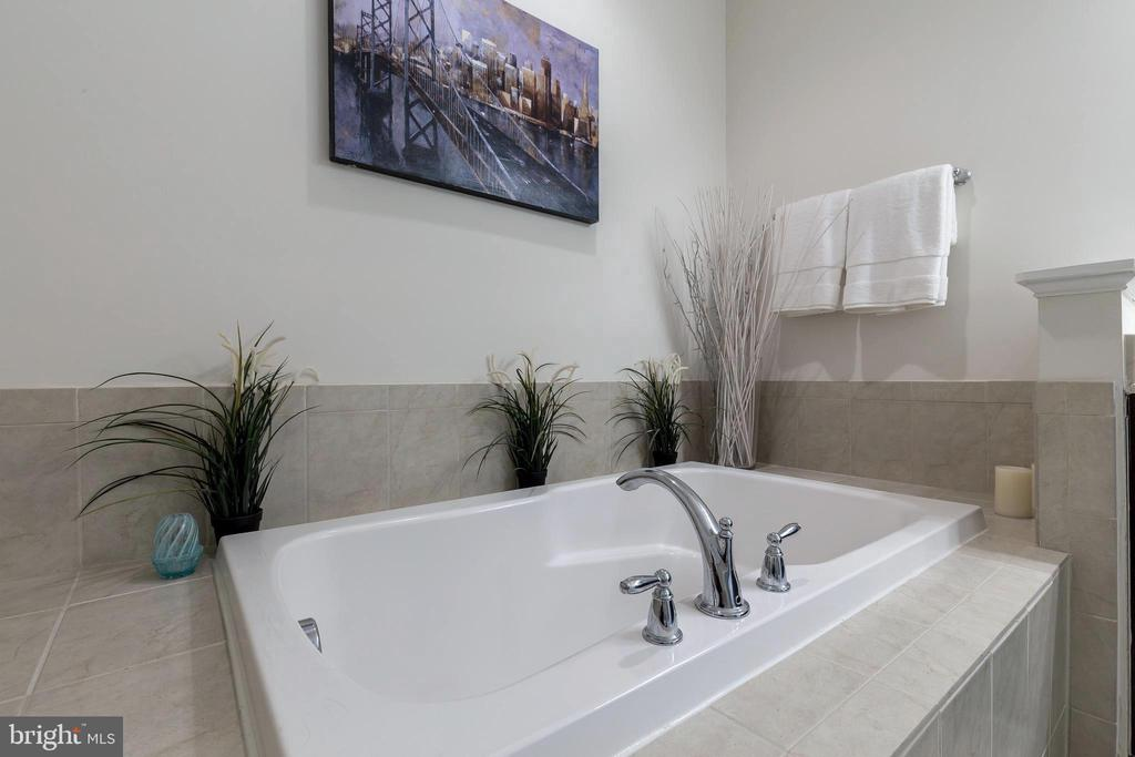 Relax in this soaking tub - 44021 VAIRA TER, CHANTILLY